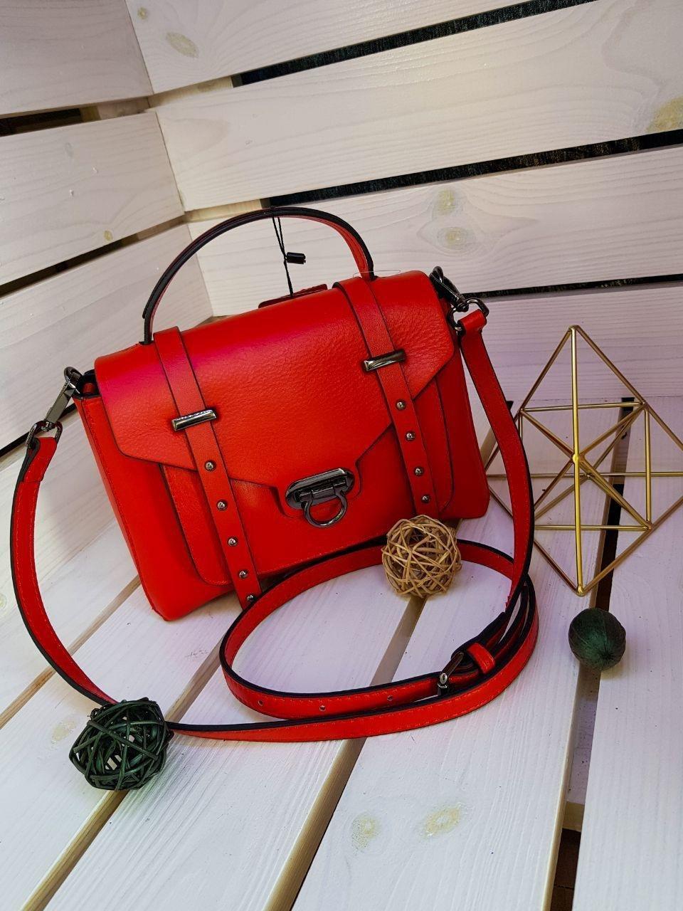Кожаная женская сумка размером 22х17х10 см Красная