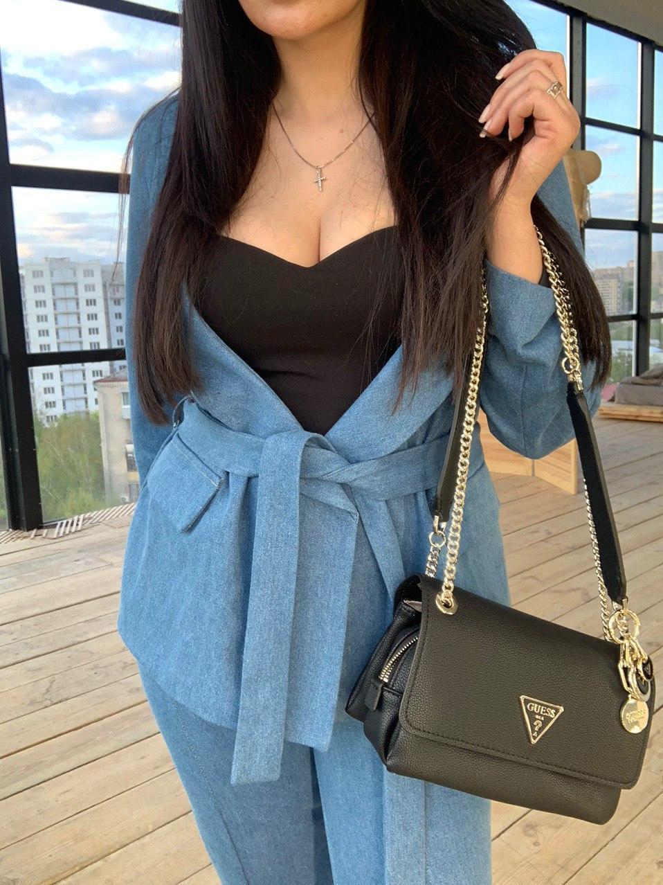 Женский джинсовый костюм с джинсами клеш и кардиганом под пояс vN8013