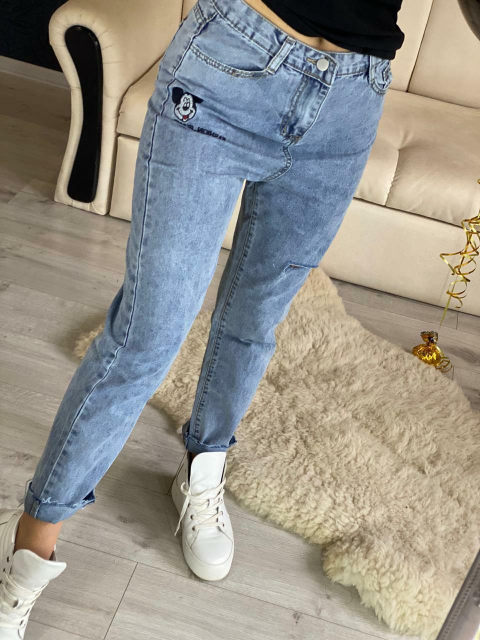 Женские джинсы МОМ с вышивкой Микки Маус и разрезом на штанине vN8038