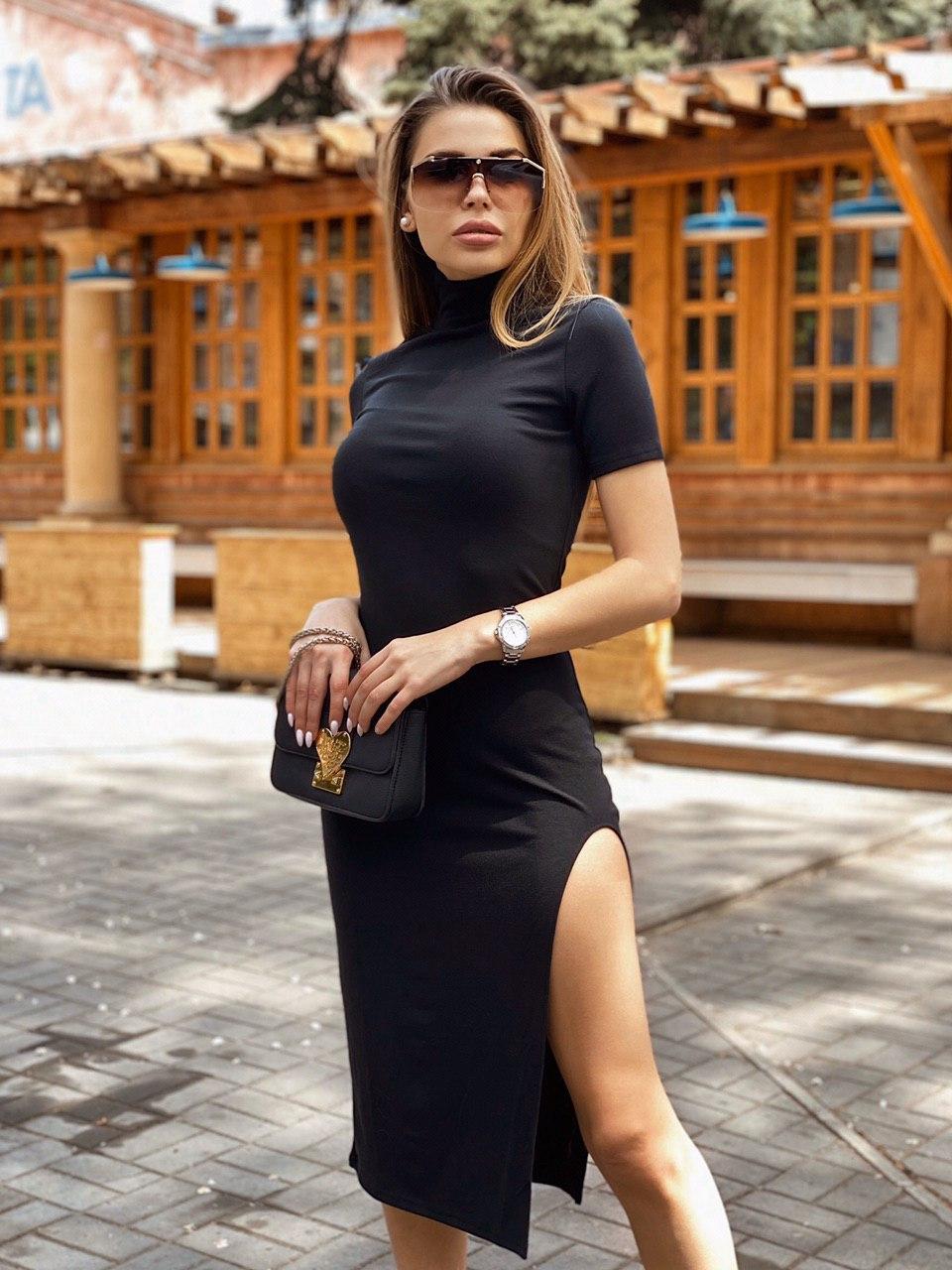 Черное платье облегающее с высоким горлом, коротким рукавом и разрезом на ноге vN8104
