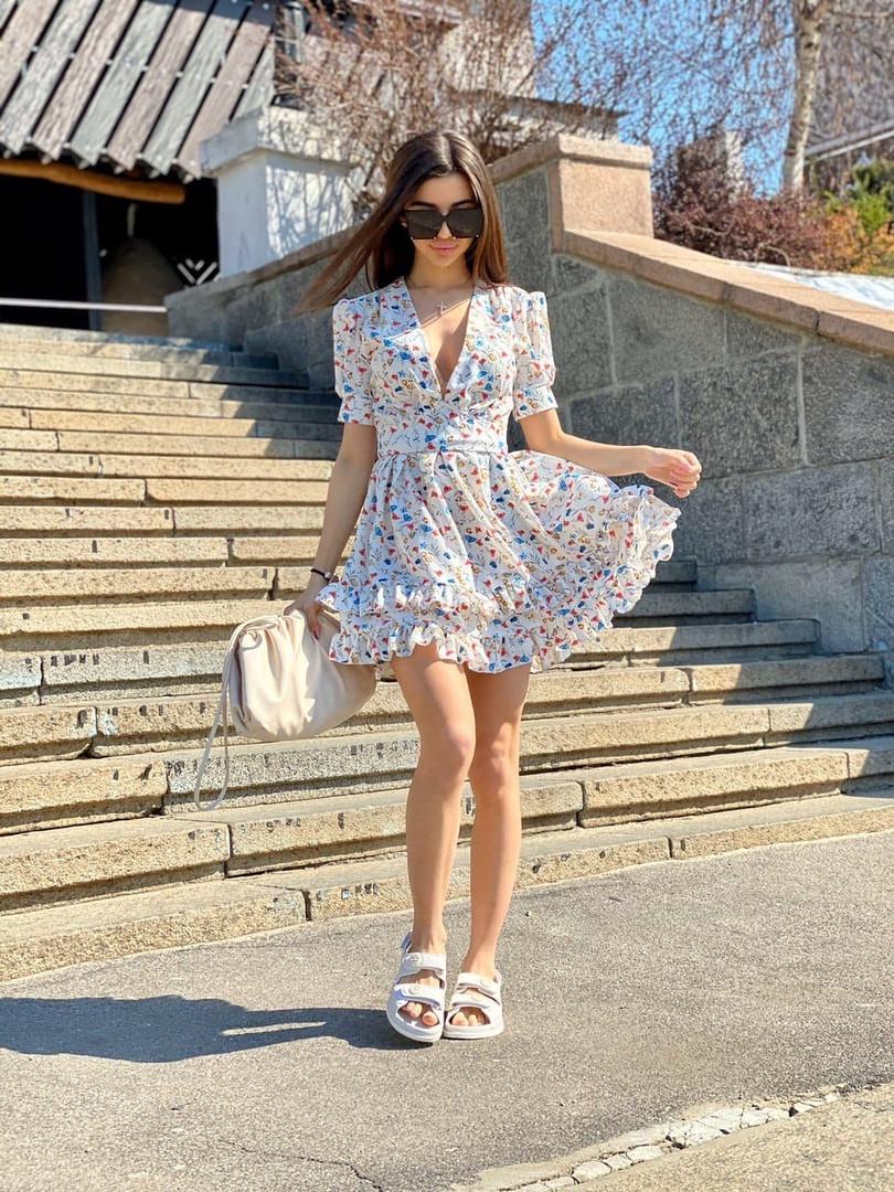 Летнее принтованное платье с вырезом декольте и пышной юбкой с оборками vN8107