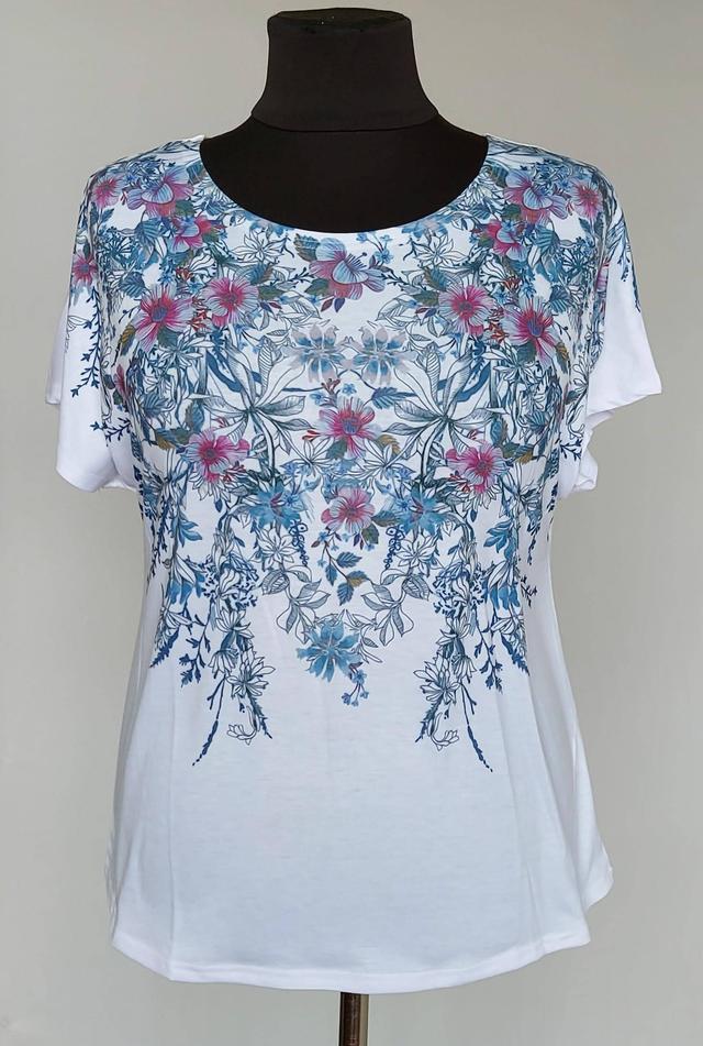 фотография женская белая футболка большого размера с голубыми цветами