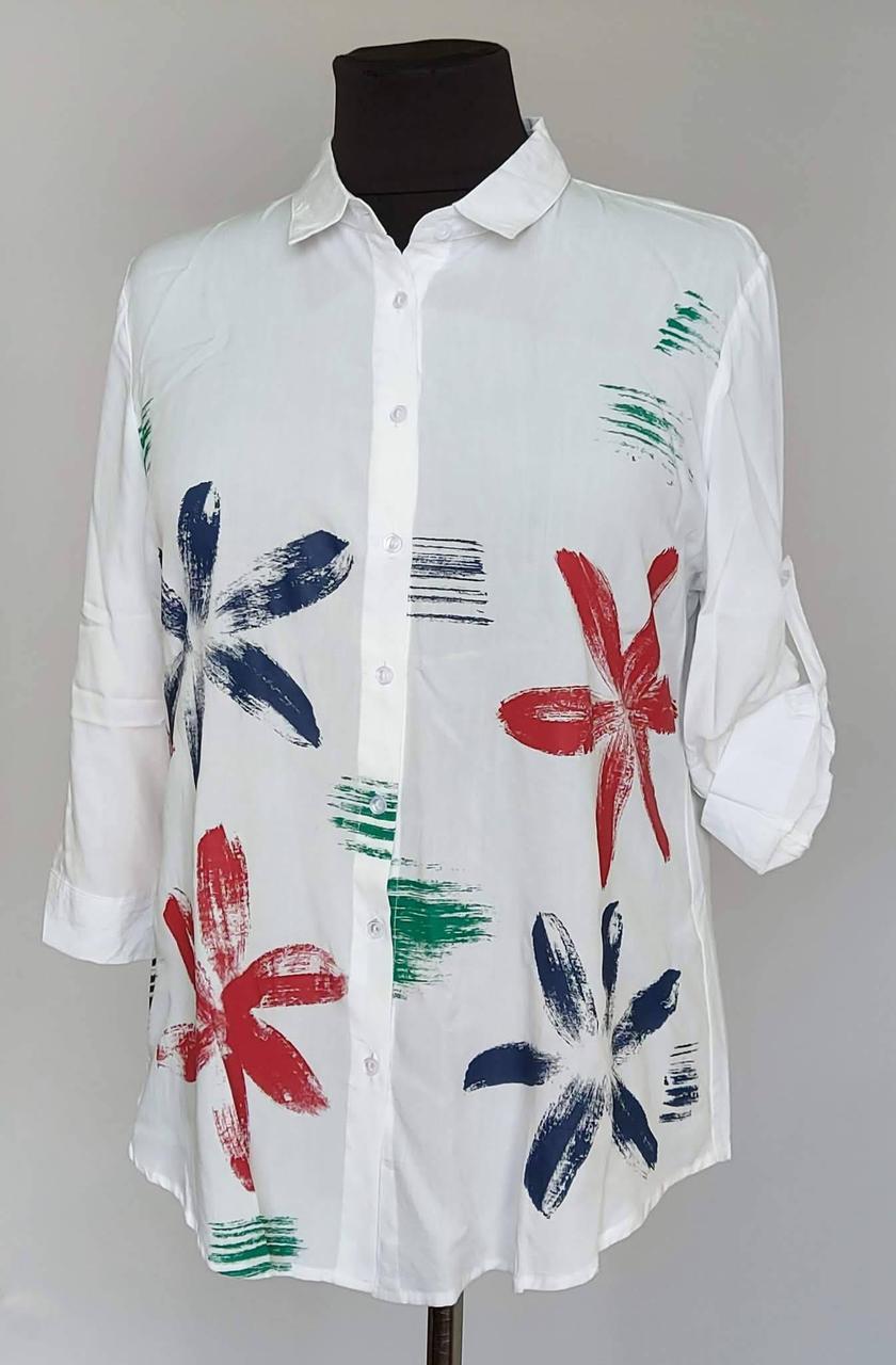Белая женская блузка рубашка с яркими цветами ( 50 по 60 р)