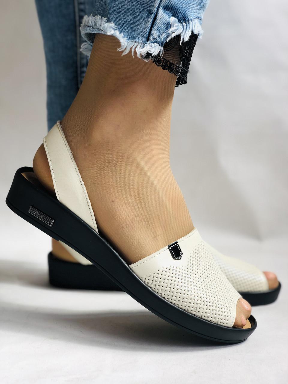 Модні босоніжки, білі на низькій платформі.Натуральна шкіра. Магазин .38.40 Vellena