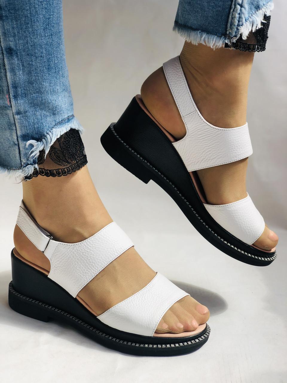 Модні босоніжки, білі на невисокій платформі.Натуральна шкіра. Розмір 37.38,39.40.Туреччина. Магазин Vellena