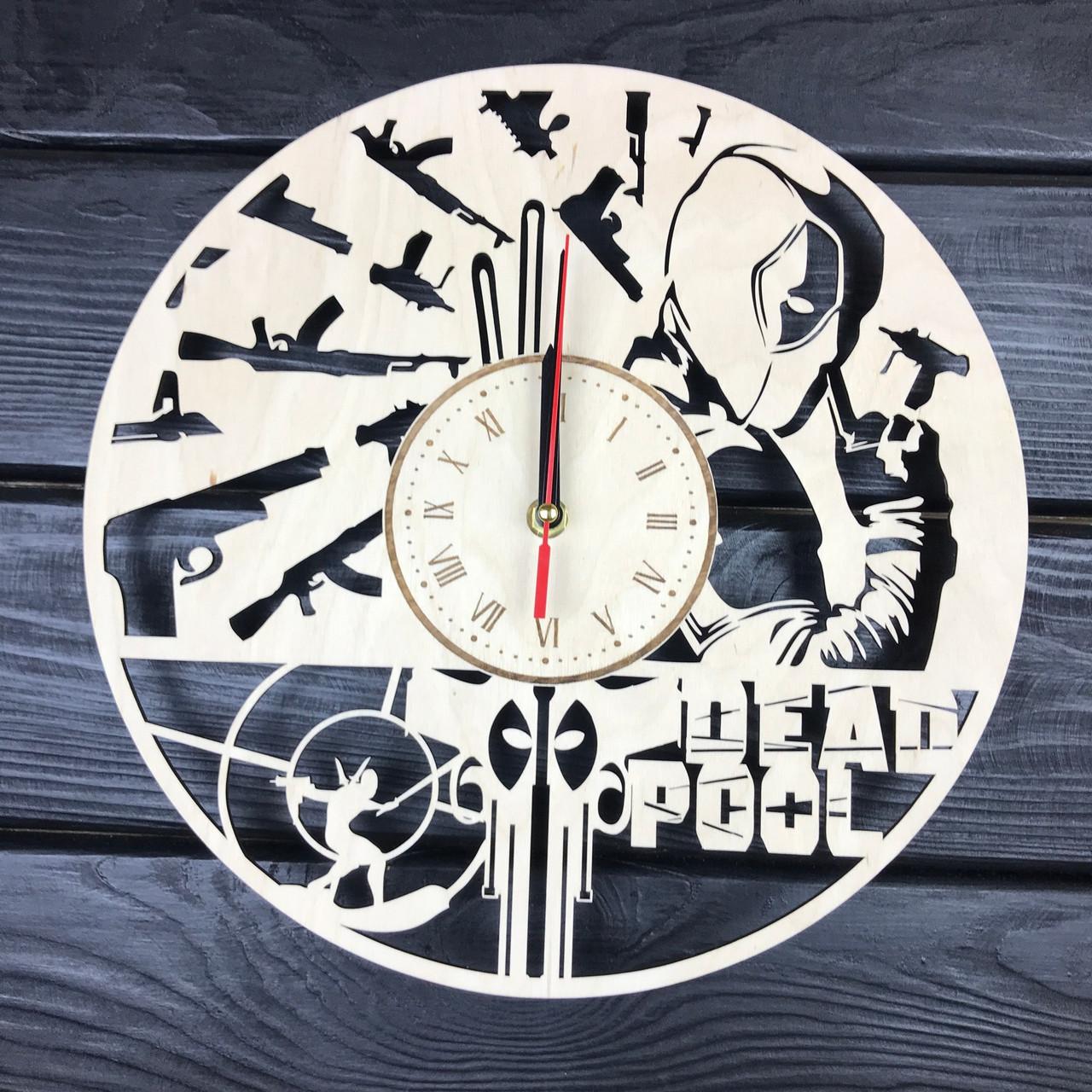 Часы настенные из дерева «Дэдпул»