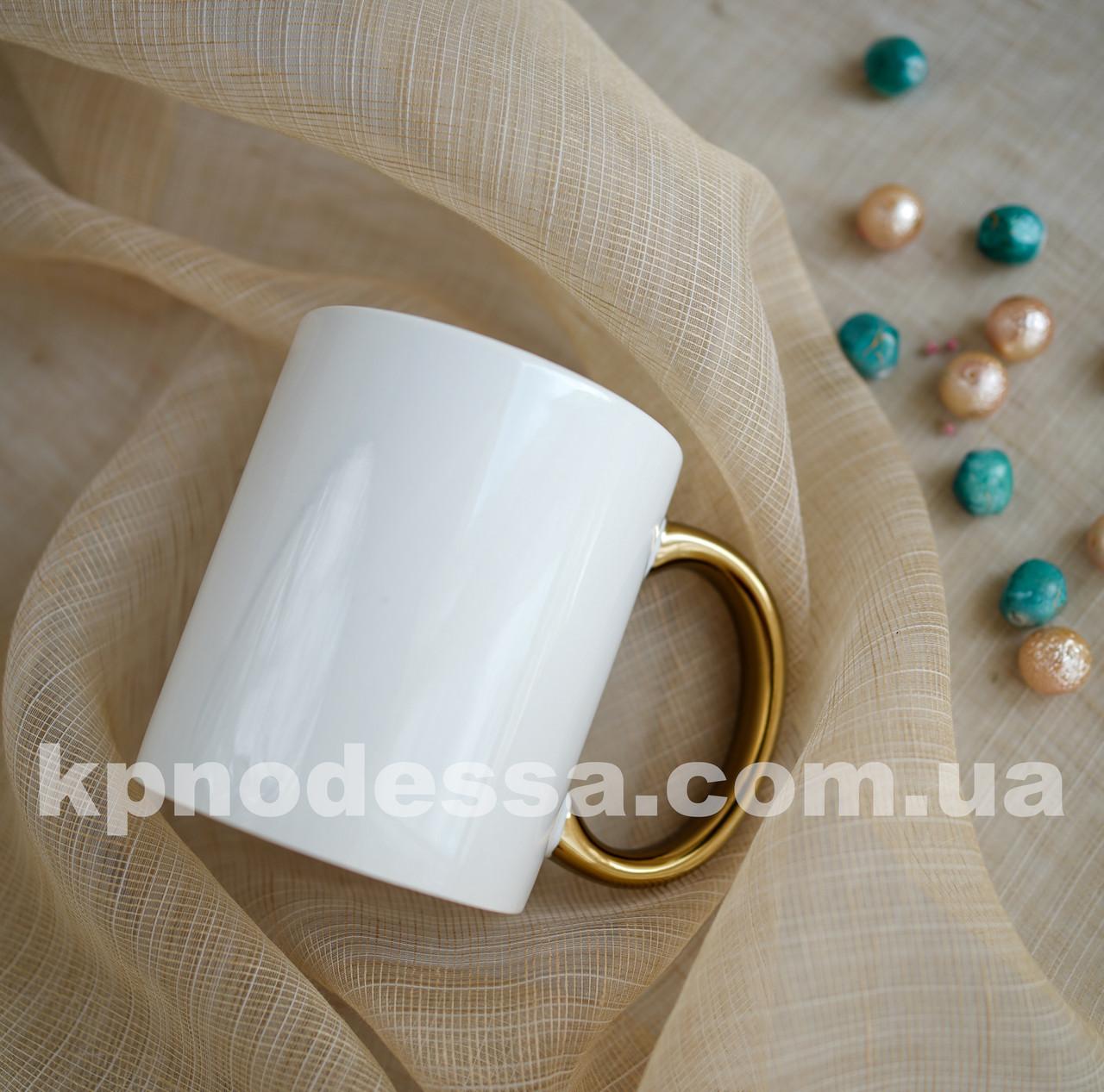 Белая чашка с золотой ручкой с вашим фото или изображением любой сложности.