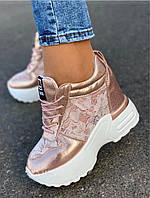 Женские стильные кроссовки на высокой подошве розового цвета