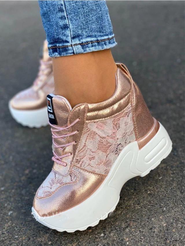 Розовые женские кроссовки на высокой платформе