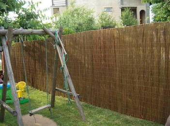 Камышовый забор прошитый проволокой