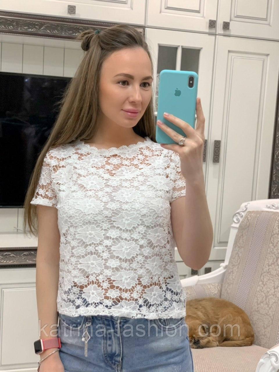 Жіноча біла мереживна блуза прямого крою