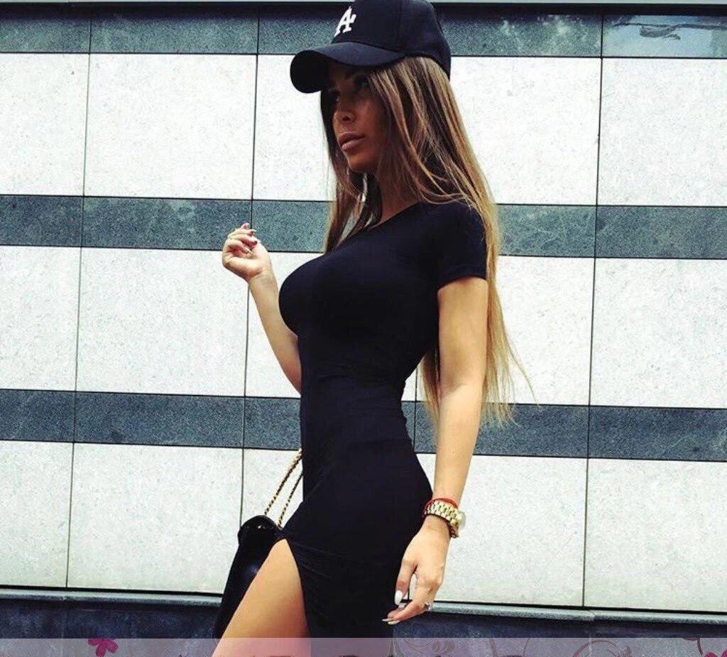 Черное маленькое платье с разрезом