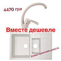 Кухонная каменная белая мойка и белый смеситель