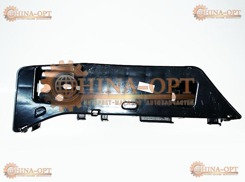 Направляющая переднего бампера, правая (седан, пластик)