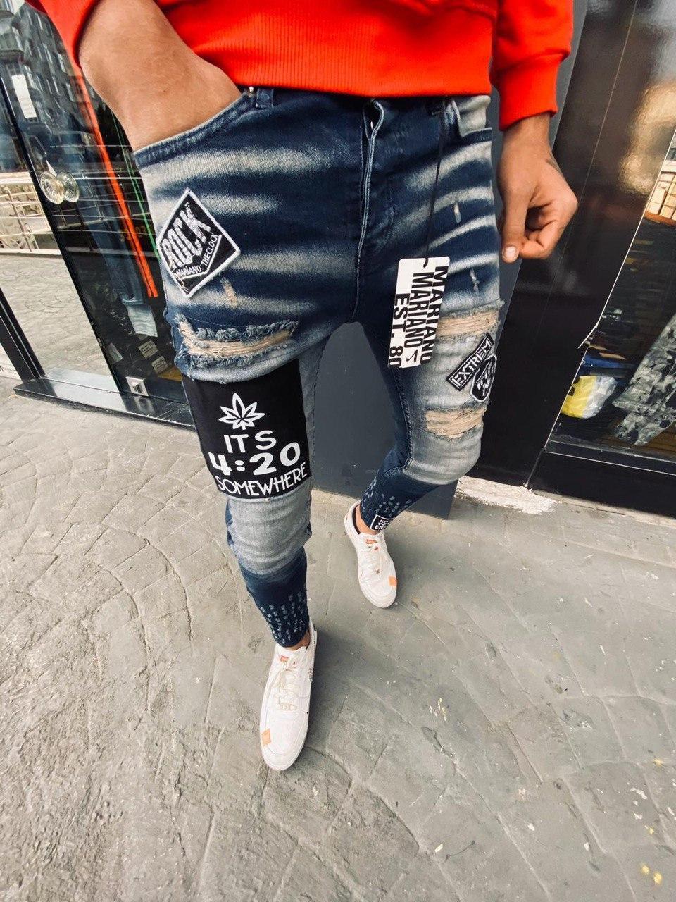Мужские зауженные джинсы синего цвета с потертостями