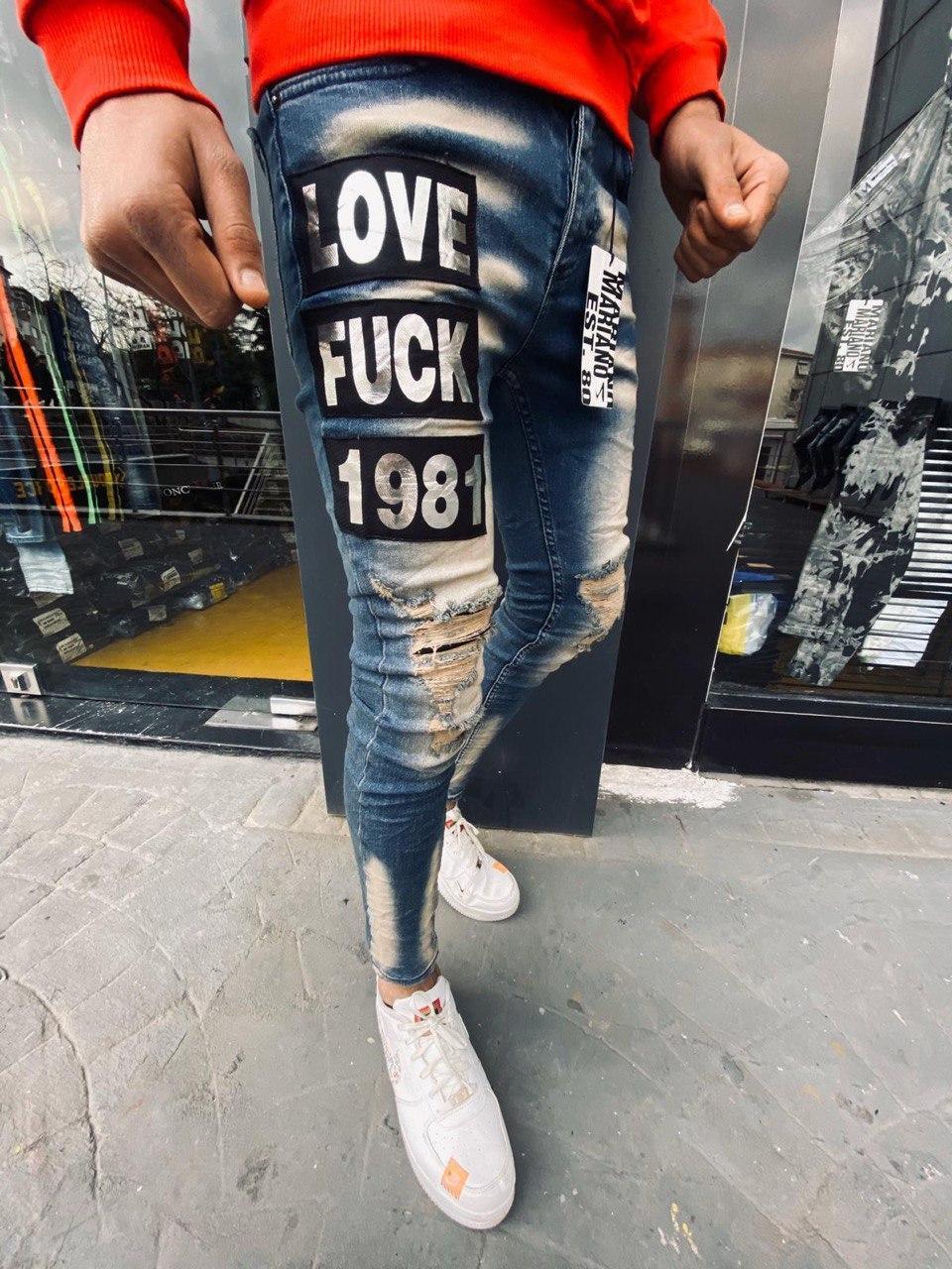 Чоловічі завужені джинси синього кольору з потертостями і латками