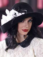 шляпа с большими  полями белым или красным цветком