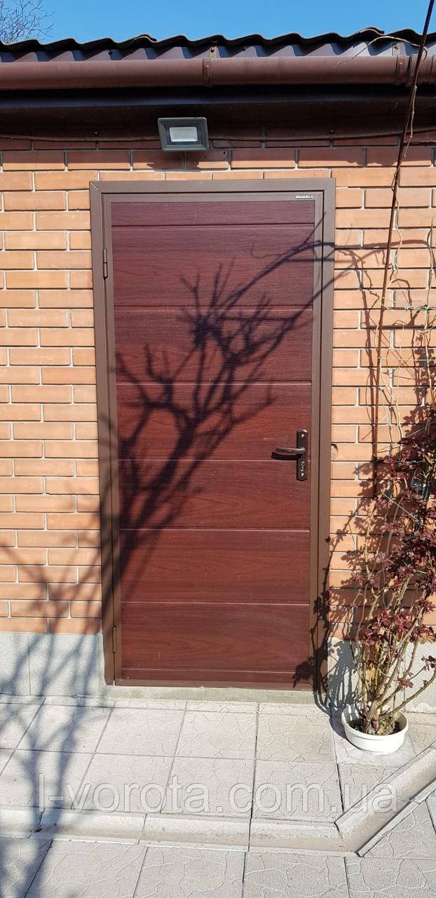Дверь алюминиевая рама, зашивка сендвич-панель, 980×2050, цвет махагон