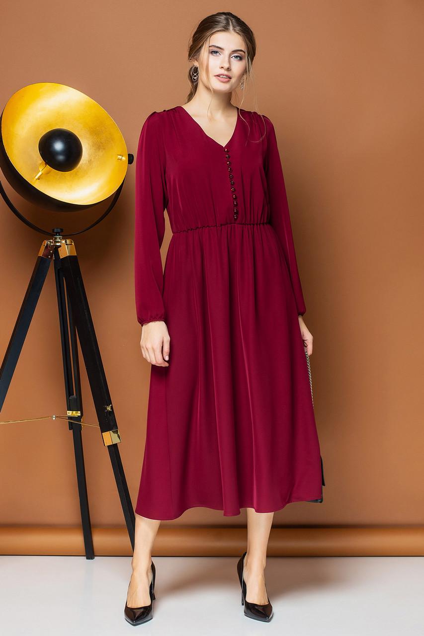 Бордовое платье с v-образным вырезом и пуговицами