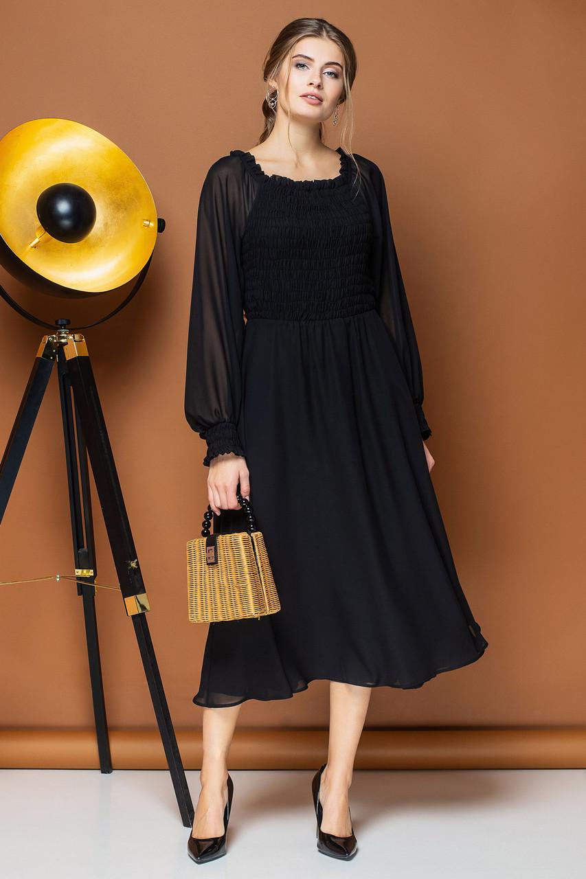 Черное шифоновое платье с объёмными рукавами и фигурным вырезом