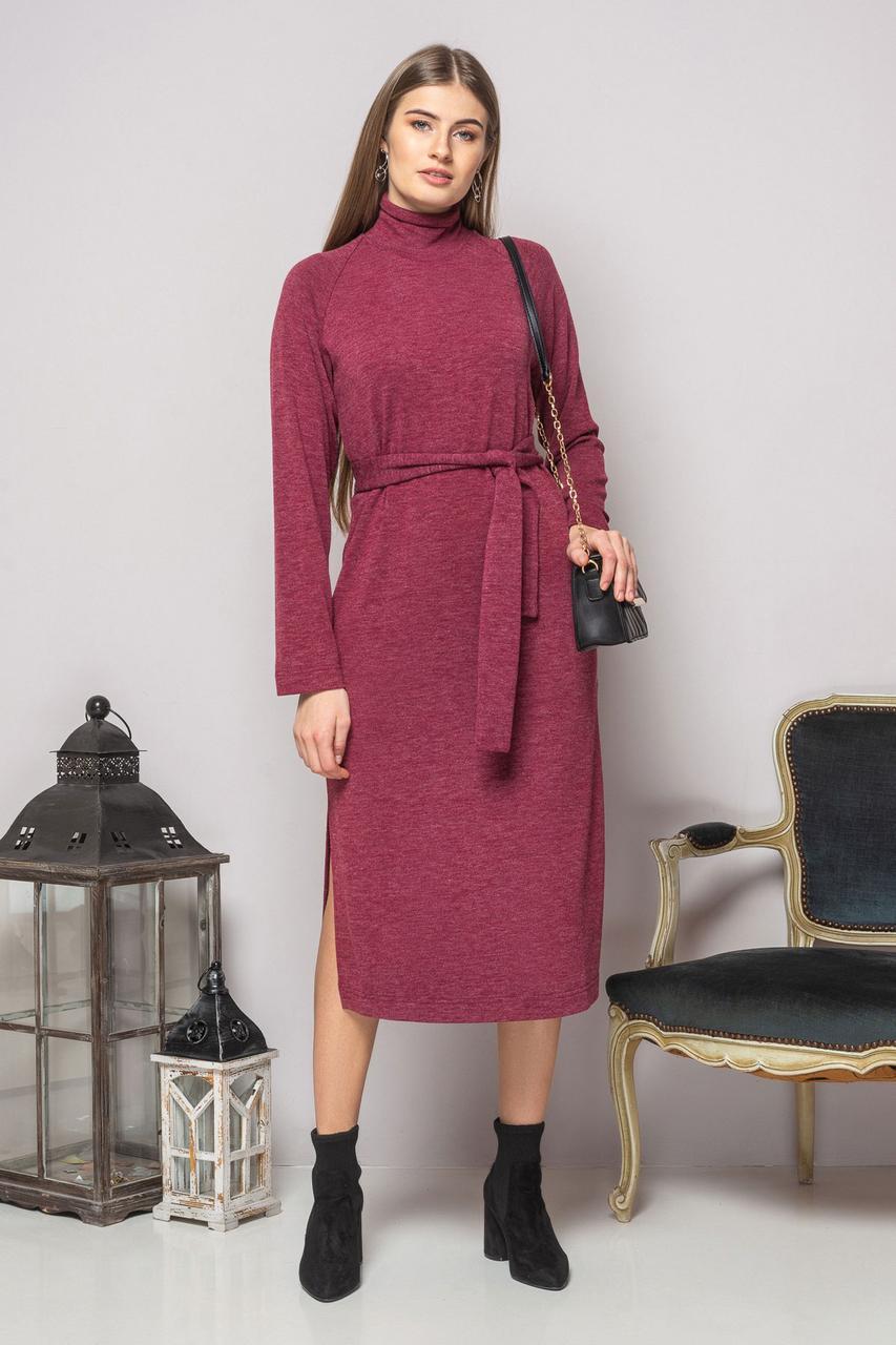 Бордовое платье с поясом и разрезами