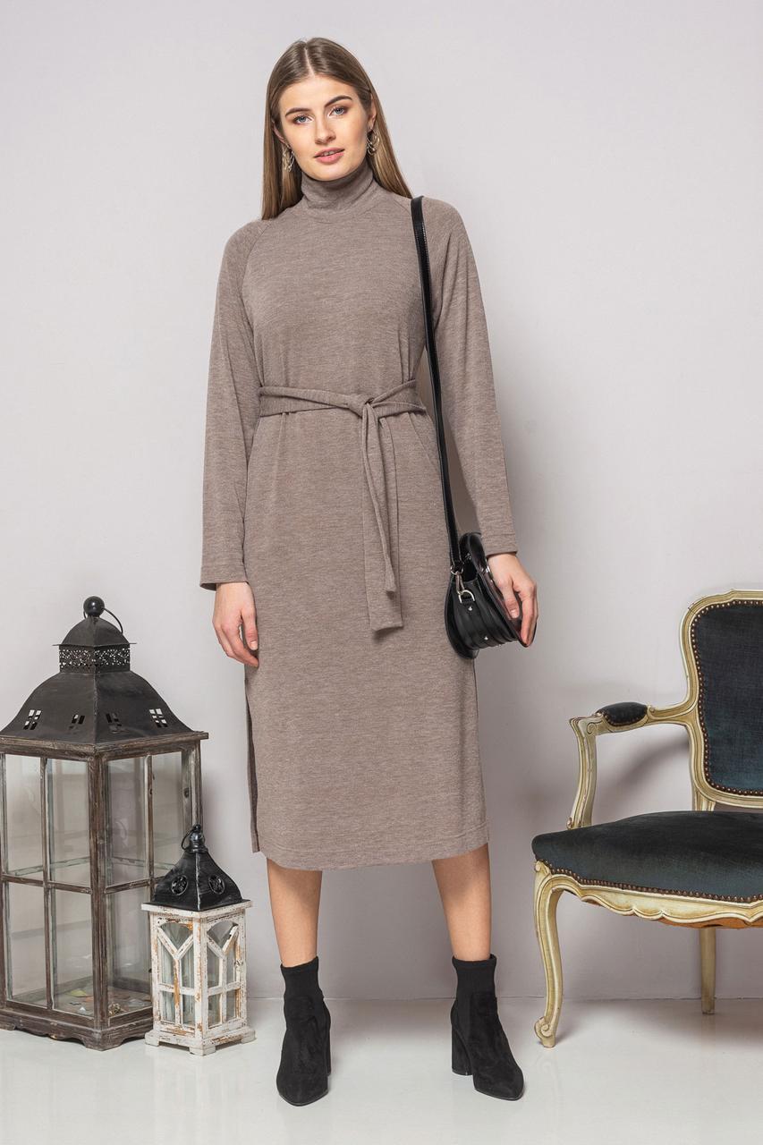 Темно-бежевое платье с поясом и разрезами
