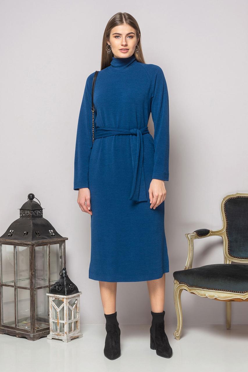 Синее платье с поясом и разрезами