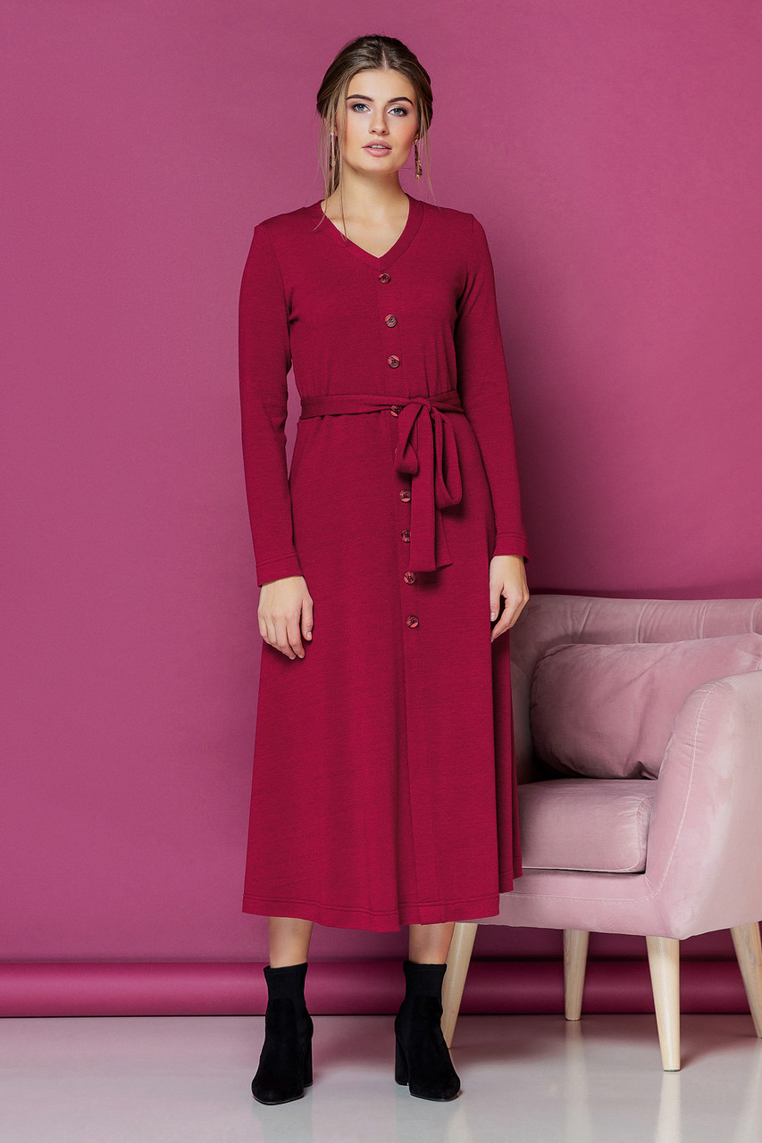 Малиновое платье с V-образным вырезом и пуговицами