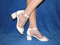 Летние женские босоножки белого цвета маленький каблук, закрытая пятка размер 37