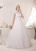Нежное свадебное платье с гипюровым декольте и юбкой в складку