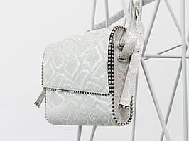 Кожаная сумка почтальон в серебряной коже с текстурой питон.