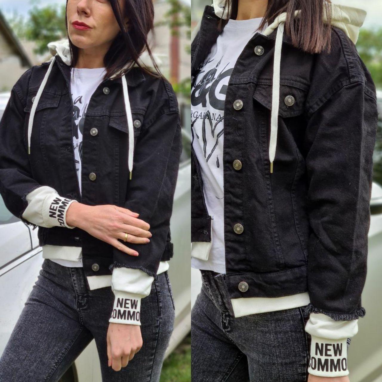 Черная короткая женская джинсовая куртка с капюшоном и довязами 7901294