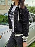 Черная короткая женская джинсовая куртка с капюшоном и довязами 7901294, фото 2
