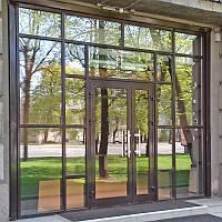 Алюминиевые входные двери с витражами из профильной системы Текно 73 ТИ завода «Алюмаш»