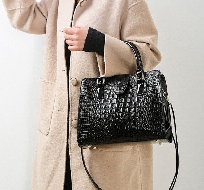 Женская лакированная сумка Крокодил