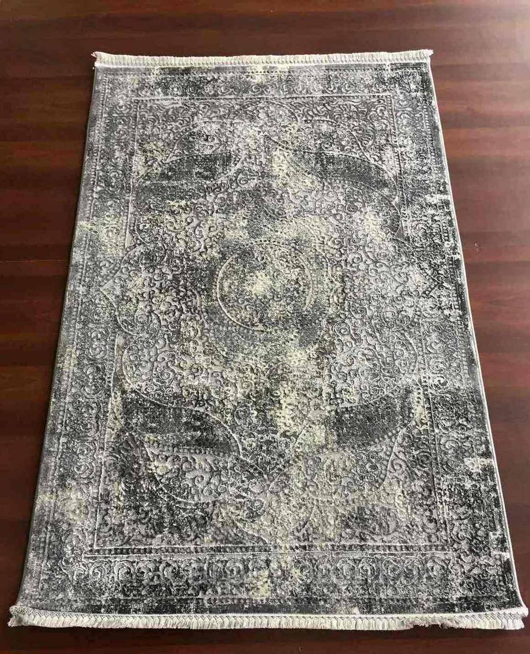 Серый прямоугольный ковер с классическим рисунком