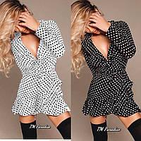 Женское популярное летнее короткое платье на запах с рюшами и поясом в горошек белое черное 42-44 46-48