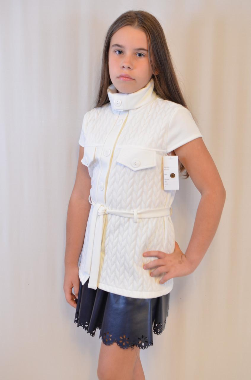 Фотоальбом красивой девушки в белой кофте