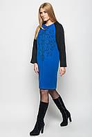 Осеннее пальто с контрастным рукавом и изящным рисунком-завитками на груди бежевое, синее