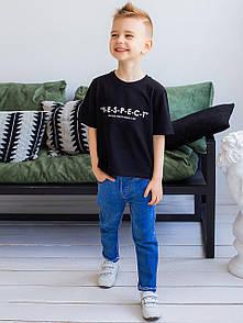 Лаконичная футболка для малыша с надписью на полочке