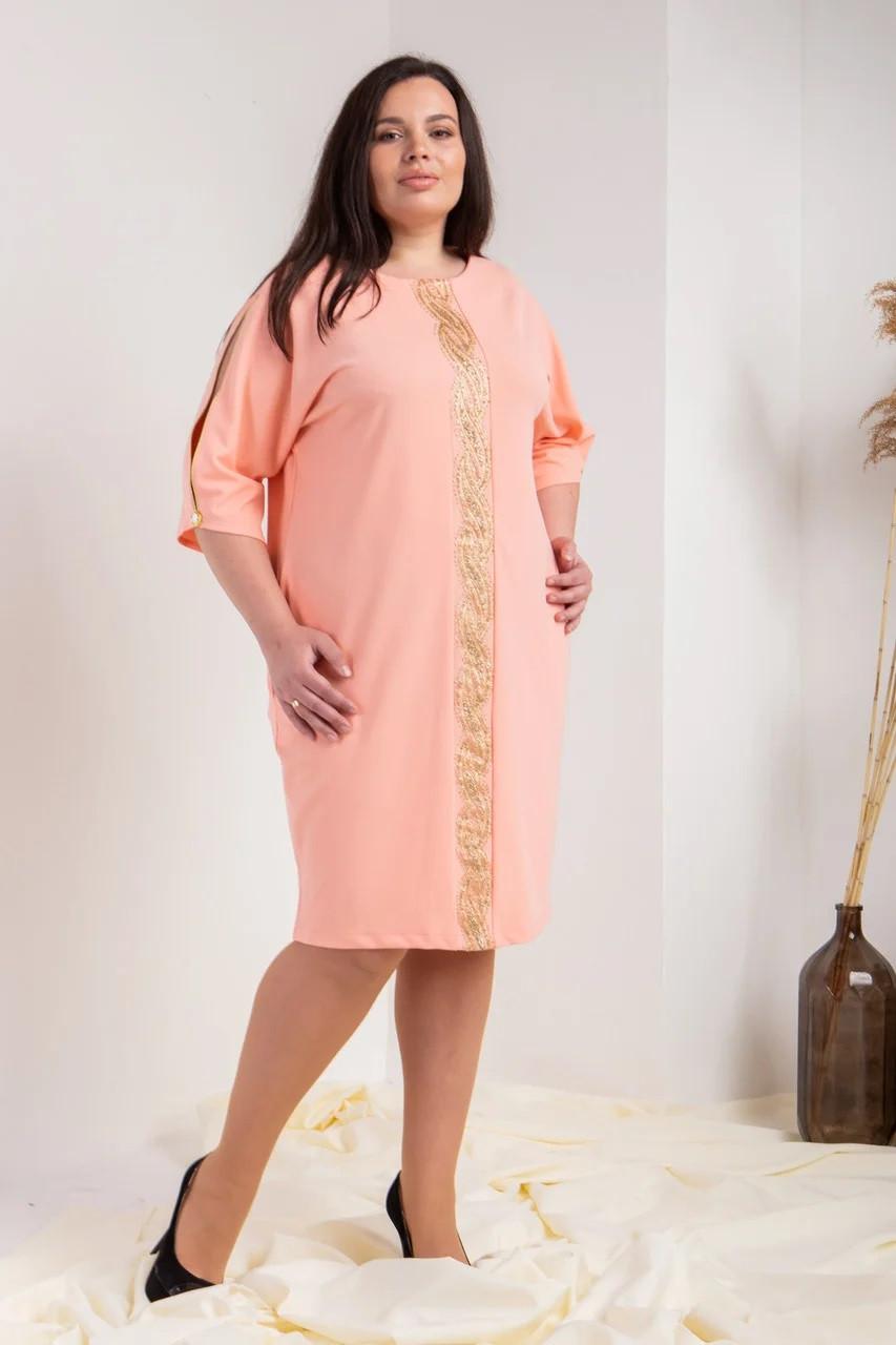 Ніжне плаття оздоблене з мереживом пудровое