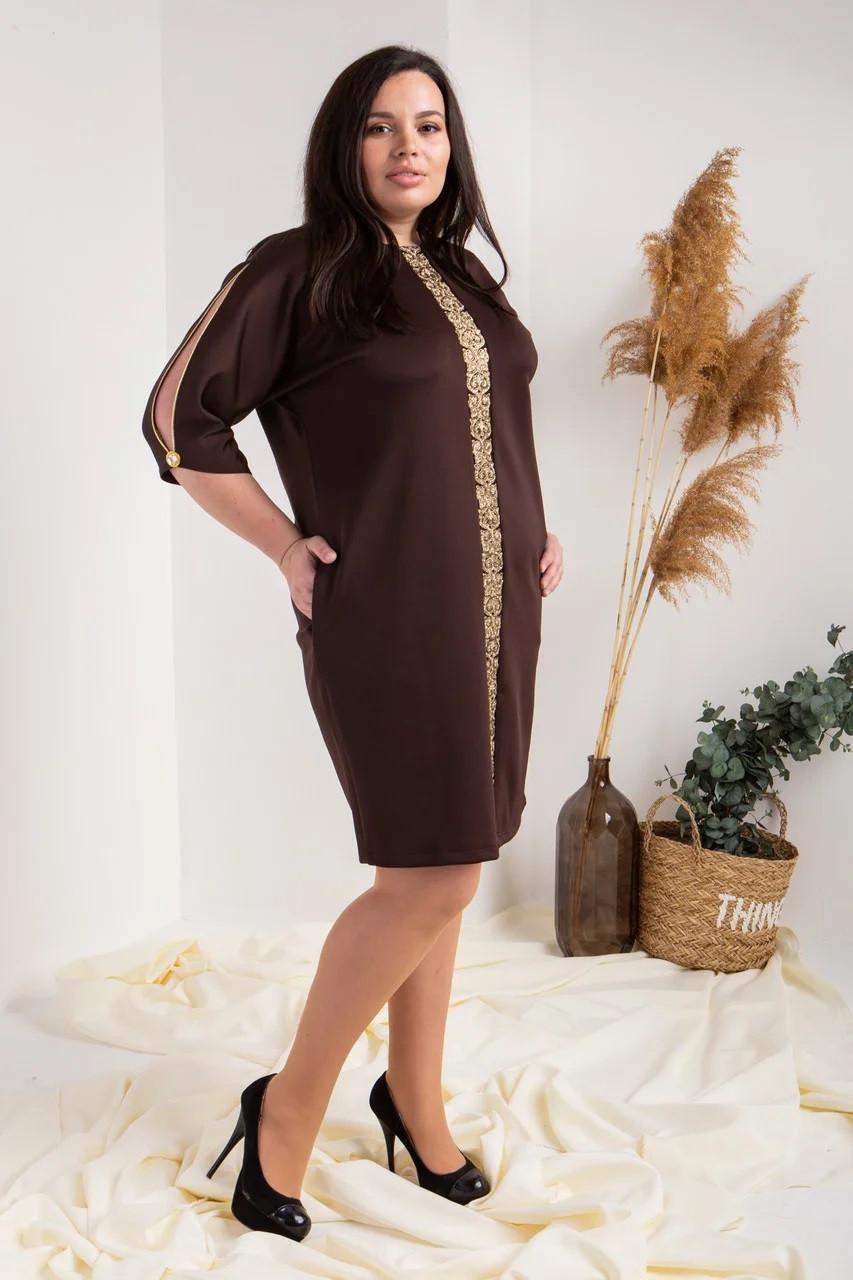 Платье украшено кружевом цвет шоколадный
