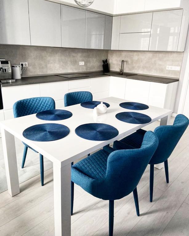 Вы только посмотрите как идеально наши стол и стульчики вписались в обеденную зону кухни нашего клиента😍