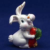 Фигурка сувенирная Кролик, морковка большая красная, 7,5см (440467-4)