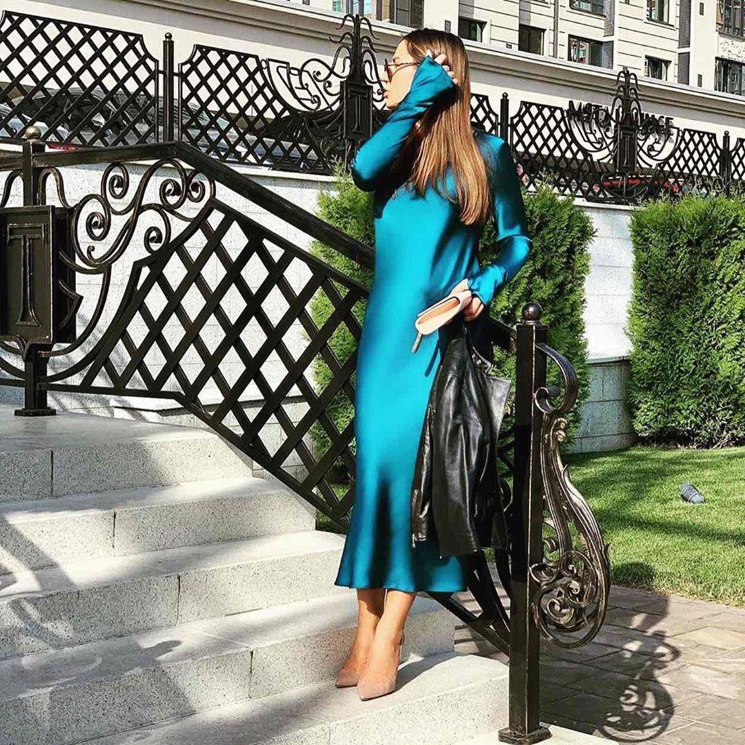 Минималистичное шелковое платье длинное миди с рукавами свободное яркое фуксия малиновое