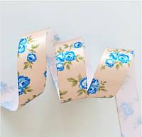 Лента атласная бежевая с голубыми розами 25 мм, фото 1