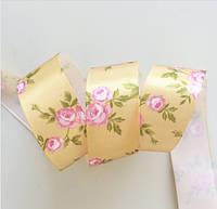 Лента атласная золотистая с розовыми розами 25 мм