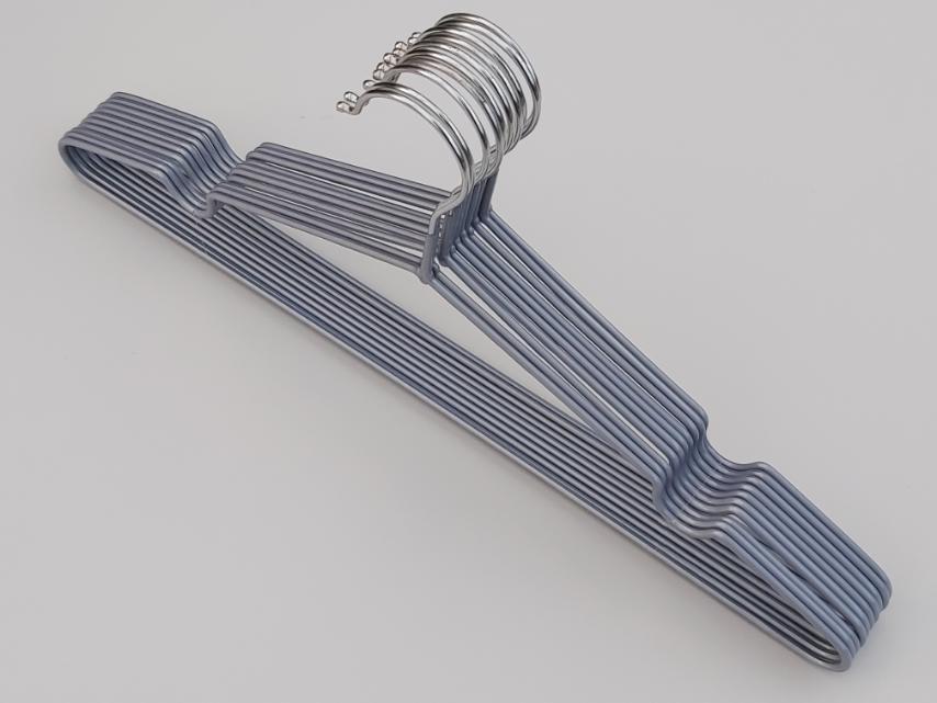 Плечики вешалки металлический в силиконовом покрытии серебристого цвета, длина 40,5 см, в упаковке 10 штук