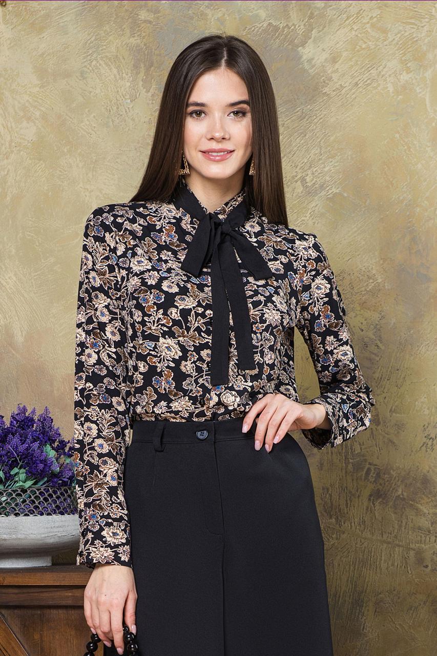 Блузка с черным галстуком цветы на черном