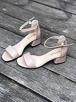 Женские босоножки кожаные бежевые на каблуке